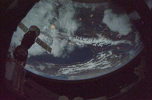 Di passaggio sopra il Medio Oriente, in una splendida notte invernale prossima al Natale (Credit: ESA)