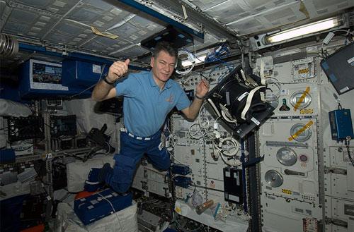 Nel laboratorio Europeo Columbus, assemblando l'equipaggiamento per un esperimento. E' un lavoro duro, ma qualcuno deve pur farlo!  Credit: ESA