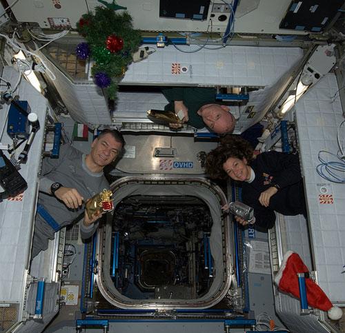 Babbo Natale e' passato anche da noi! Auguri spaziali per un Natale felice e sereno! @astro_cady @StationCDRKelly  Credit: ESA/NASA