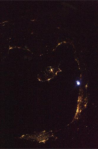 Mediterraneo con l'isola di #Cipro. Secondo voi che cosa e' la macchia luminosa nel centro dx?