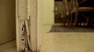 Le cerniere delle porte della residenza di Balfour Street mostrate nel video