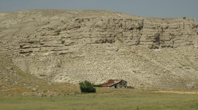 una casa abbandonata sotto gli strati che formano queste montagne fragilissime