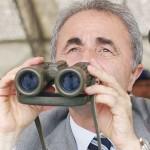 Arturo Parisi con binocolo