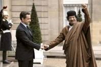 Nicolas Sarkozy e Muhammar Gheddafi, al tempo in cui erano amici
