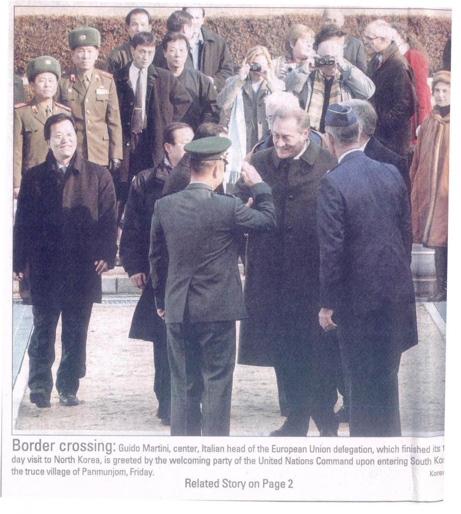 Guido martini in un momento storico: da inviato della Ue attraversa per la prima volta il confine fra le due Coree a Panmunjon