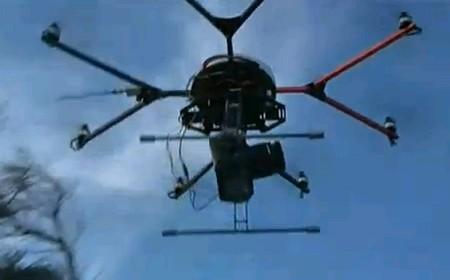 Il drone con macchina fotografica si solleva per immortalare i Vip