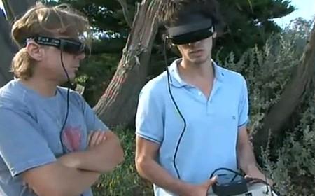 Gli speciali occhiali e la consolle per guidare il drone