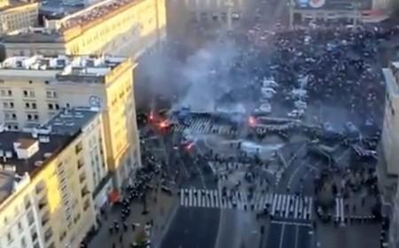 Un fermo immagine dei manifestanti