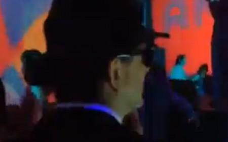 Luigi Gubitosi, di spalle, con il cappello alla Blues Brothers
