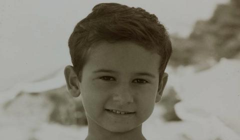 Carlo Conti bambino sulla spiaggia di Castiglioncello
