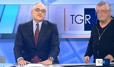 L'operatore della Rai compare in diretta durante il Tg Campnia. In basso, tecnici con il camice