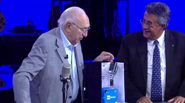 Pippo Baudo riceve il premio da Roberto Sergio