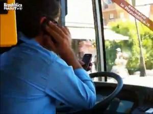 GUIDA BUS CON CELLULARI: IDV,LICENZIARE AUTISTA AL TELEFONO