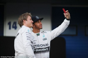 2540EA2000000578-0-Hamilton_poses_for_a_selfie_with_his_Mercedes_team_mate_Nico_Ros-a-3_1423184187116
