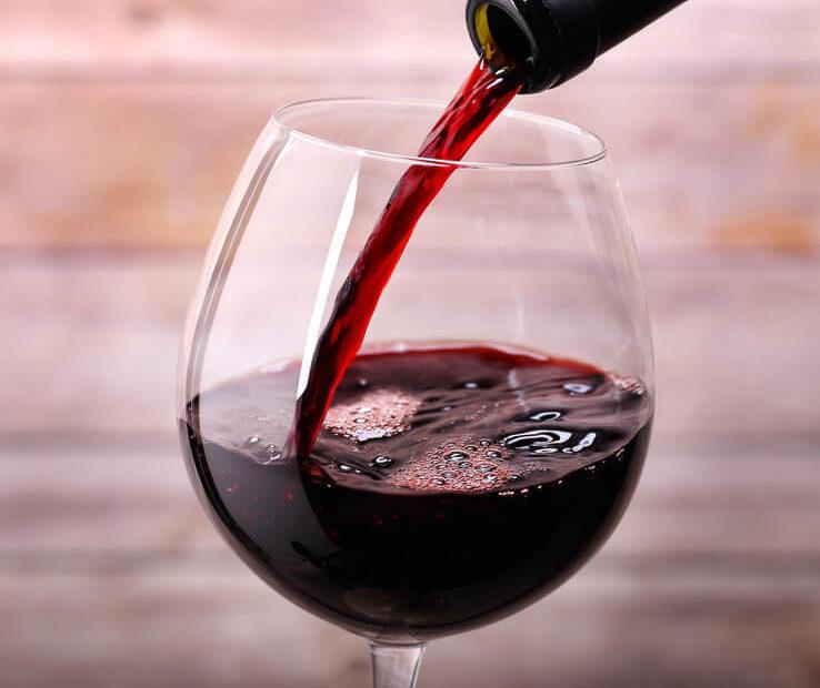 vino-rosso-proprietà-benefici-pregi-colesterolo-salute-antiossidante-738x620