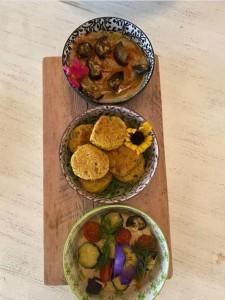 tris di falafel di ceci babaganoush e humus con fiori