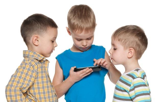 Kids-using-smartphone