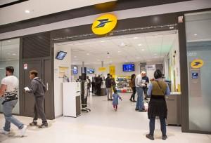 """Un ufficio postale in Francia: niente """"prodotti finanziari"""" né bancari: solo posta."""