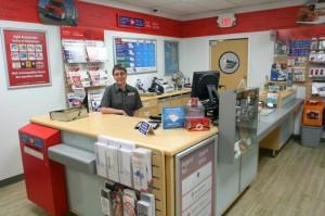 Questo  è un ufficio postale in Canada. In genere si trovano in un angolo interno di un grande magazzino o di una farmacia o di un supermercato. Si occupano di francobolli, lettere, pacchi, spedizioni e consegne.