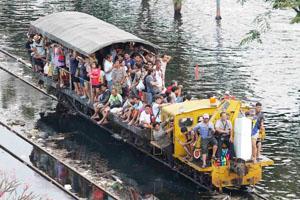 Persone su barca BKK