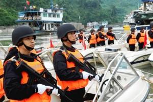 Agenti a protezione delle chiatte cinesi