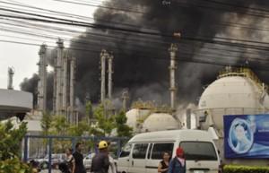 Il fumo dell'incendio alla Bangkok Synthetics