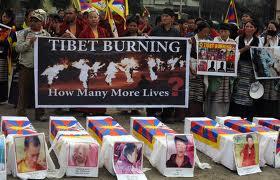 Siliguri nel Bengala indiano offre omaggio agli autoimmolati in Tibet (foto Diptendu Dutta/AFP/Getty Images)