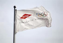 La bandiera della Dow Chemicals come sponsor dei Giochi