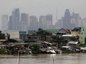 Baraccopoli sul fiume a Manila