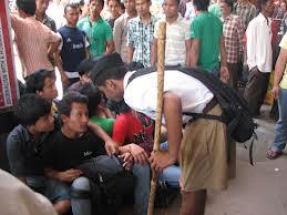 Volontario hindu dell'RSS assiste gli assamesi in fuga