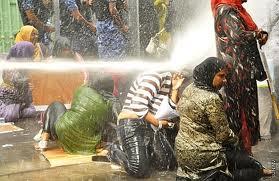 Cannonate d'acqua su alcune donne fedeli all'ex presidente dimesso