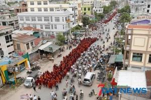 Il corteo dei monaci di Mandalay (foto 7days news)