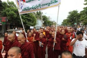 La protesta anti-Rohingya dei monaci a Mandalay (foto The Irrawaddy)