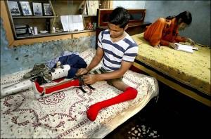 Un ragazzo poliomelitico pakistano