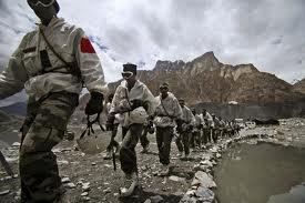 Pattugliamento sotto i ghiacciai himalayani