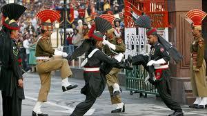 """La """"danza virile"""" dei soldati pakistani e indiani a Wagah"""