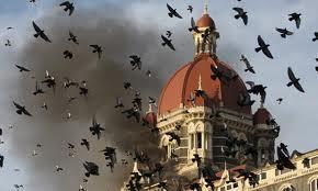Un'immagine del fumo dal Taj Mahal sotto attacco