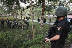 Soldati thai in cerca di ribelli a Narathiwat