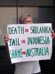 """Un profugo tamil nell'Isola di Christmas mostra il cartello con sù scritto: """"Morte in Sri Lanka, Galera in indonesia, Vergogna in Australia""""."""