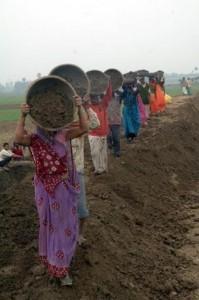 Contadinei impiegate in Bihar grazie allo schema Nrega. Photo: Ranjeet Kumar