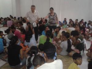 Fratel Mario Lizio con gli sfollati nel suo centro di Zamboanga