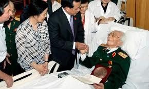 Leader del Partito comunista vietnamita visitano il generale Giap in ospedale per il suo 100esimo compleanno