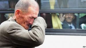 Il saluto dei fratelli fatti incontrare e separati al confine tra Nord e Sud Corea