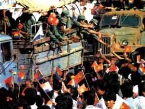 I cambogiani festeggiano le truppe viet che lasciano dopo 10 anni il Regno.