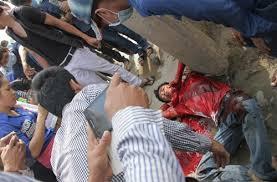 Il corpo del giovane viet linciato in una strada di Phnom Penh