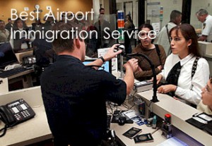 """Il controllo passaporti a Kuala Lumpur. """"Il miglior servizio di immigrazione aeroportuale"""", dice la sovrimpressione pubblicitaria."""