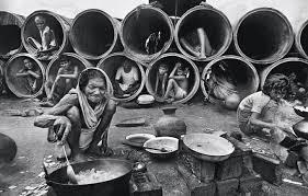 Profughi del Bangladesh fotografati da Raghu Rai dopo la fine della guerra di liberazione nel 1971
