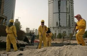 Operai immigrati al lavoro sotto il sole per i mondiali del Qatar
