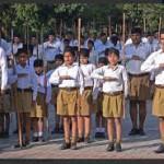 Indottrinamento per grandi e piccoli nei campi della principale organizzazione nazionale hindu, la RSS.