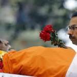 Uddhav saluta la salma di suo padre Bal Thackeray